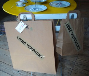 Neu werden die Etagères und Tassenkerzen auch mit viel Liebe in umweltfreundliche hübsche Papiertaschen verpackt